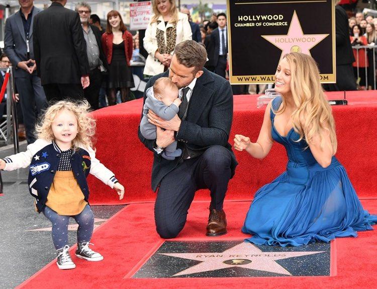 Райан Рейнольдс получил звезду на голливудской'Аллее славы'! По этому поводу семья впервые появилась на публике в полном составе