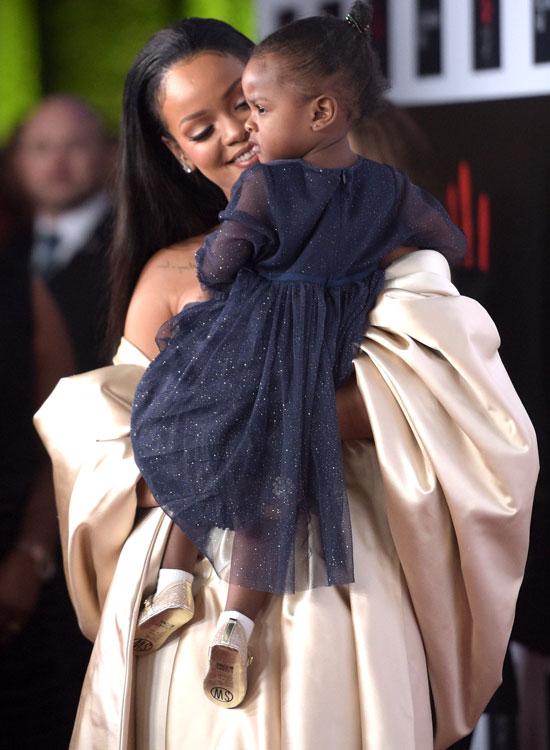 Рианна с племянницей