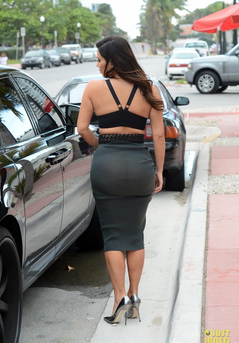 Девушка в просвечивающей юбке
